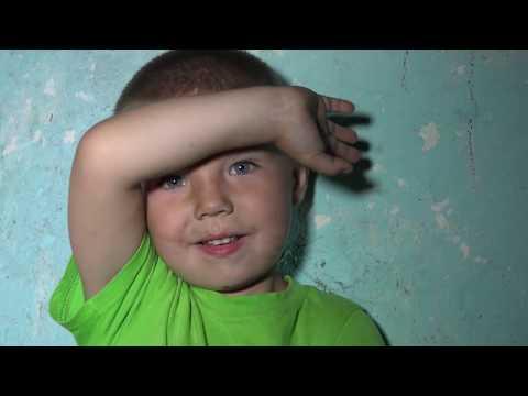Мать одиночка и 7 детей живут в грязном сарае села Измалково.