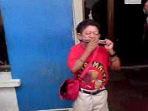 Enano viejito cantando y verseando vallenato