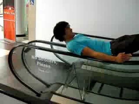 jugando con las escaleras mecánicas del centro comercial