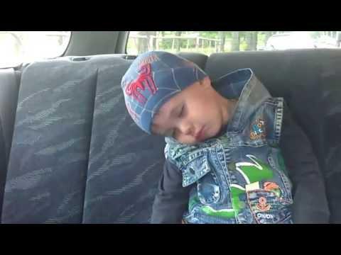Ребенок засыпает в машине. Смешно.