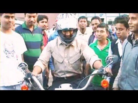 MS Dhoni takes a ride on his Harley Davidson klip izle