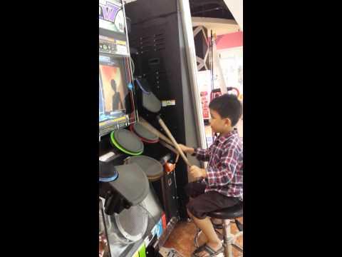 Baby playing drum  (Anak kecil main drum di timezone)