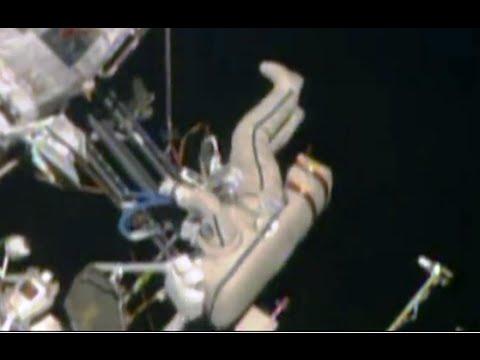 Cosmonautas rusos salen al espacio abierto para recoger pruebas de microorganismos