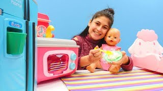 Ayşe Gül'e tatlı yapıyor. Bebek bakma oyunları