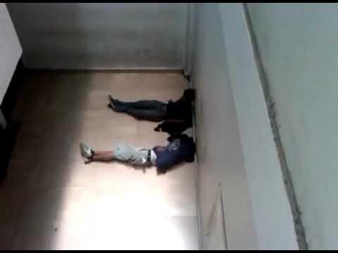 Jóvenes detenidos por la policía municipal de Oaxaca, esperan para ser interrogados.