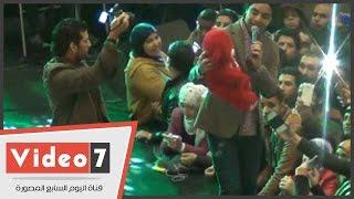 """بالفيديو.. معجبة تهدى أحمد جمال """"دبدوب أحمر"""" بحفل """"صن سيتى"""""""