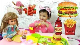 Trò chơi Em Bé BÚP BÊ ăn đồ ăn nhanh | Baby Doll Eat Fast Food ❤️ Bé Hin