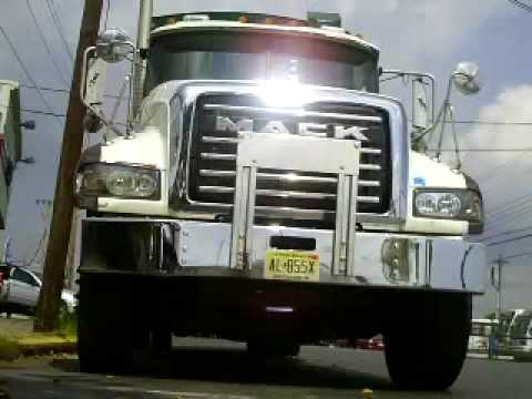 The Cleanest Garbage Truck i ever saw/ mack