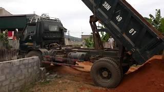 Xe tải chở đất cho bé