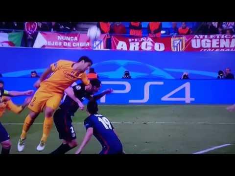 Luis Suárez golpea a Godin