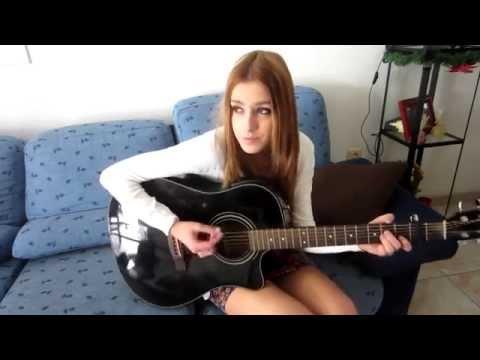Смотреть всем! Девушка круто поет под гитару! очень красивая песня