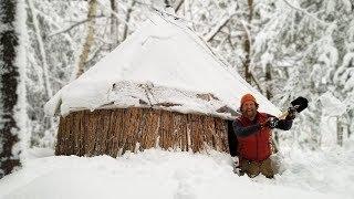 Solo Overnight In The Thatched Reed Winter Survival Shelter During Snowstorm (87 Days episode 25)