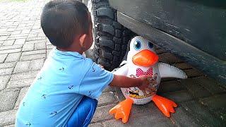 Eksperimen Mainan Pinguin Dilindas Ban Mobil - Mainan Anak Anak Vs Mobil - Boneka Lucu Vs Mobil