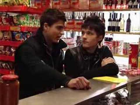 FOQ.- Gorka i Cabano le enseñan al padre de Jan un video...