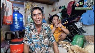Bất ngờ với cuộc sống của 2 ông cháu Campuchia bán chuối nướng hiện tại