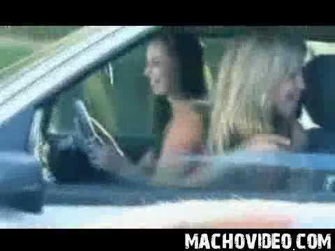 Mulher safada tira a roupa, se distrai  e bate o carro