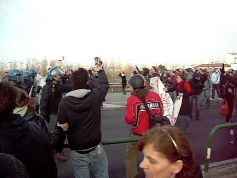 Padova - La polizia carica il corteo degli studenti