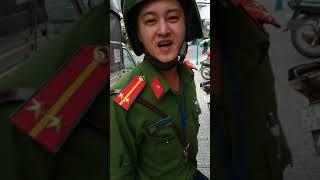 Công an trật tự TP Đà Lạt ghi thiếu tá nhưng đeo ve đại úy. Doạ dân đen.