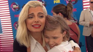 Download Lagu Watch Bebe Rexha and Grace VanderWaal Completely Fan Girl Over Each Other at Teen Choice Awards Gratis STAFABAND