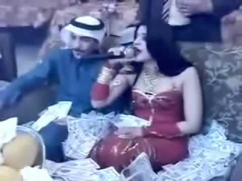 واحد من ال سعود يرمي فلوس الشعب على القحاب