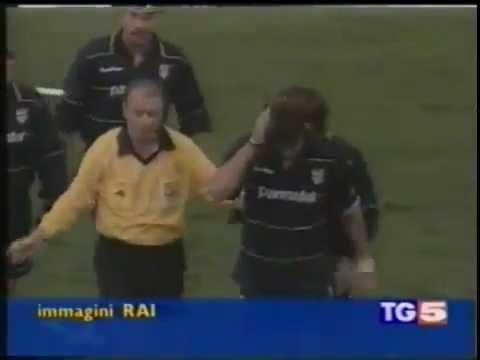 Il campione del Parma e della Nazionale Dino Baggio viene colpito alla testa da un coltello lanciato dagli spalti.