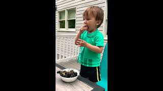 Funny baby - Winyuchannel #38 - Yummy grapes!!!