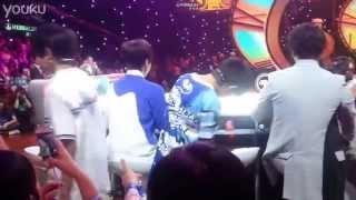 Video clip Fan kéo quần Vương Nguyên tại show truyền hình