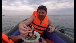 #128 - Chèo thuyền ra biển nhậu cá bóp nướng muối ớt - Gặp ngư dân chèo thúng đưa hải sản vào bờ