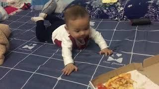 Bé tập bò để ăn pizza