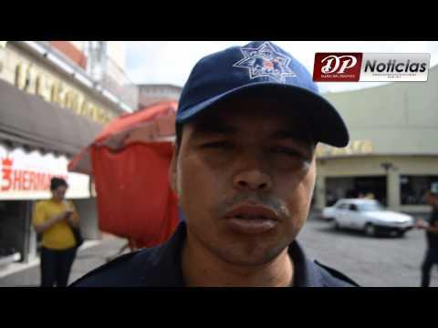 POLICÍAS MUNICIPALES DESALOJAN LA CALLE PUEBLA DEL CENTRO DE TEPIC
