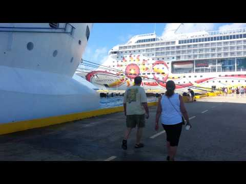 Waves slam cruise ship Costa Maya