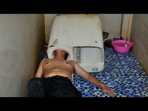 Metió la cabeza a un lavarropas para arreglarlo y quedó atrapado