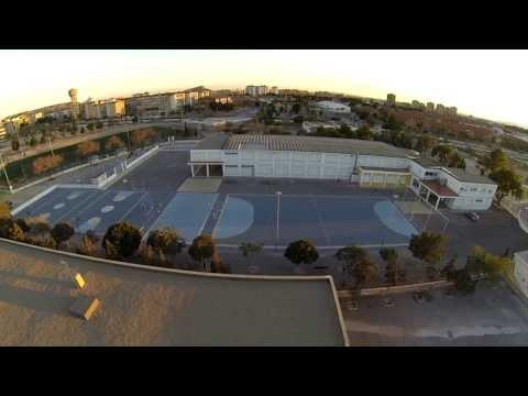 Испанская Школа на краю г  Аликанте, спорт  площадки и свое футбольное поле, ВИД С ВЫСОТЫ