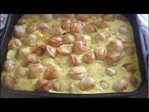 Запекаем пельмешки со сметаннояичным соусом.  Очень вкусно и быстро.