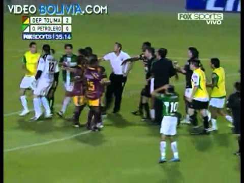 Una entrada horrible, que como consecuencia de eso lesiona al jugador rompiendole la tibia y el perone...ESCALOFRIANTE!!!