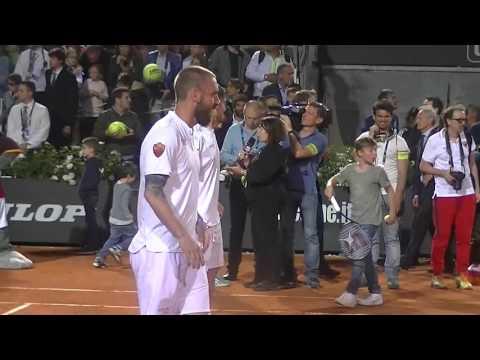 Pio e Amedeo contro Totti e De Rossi giocano a calcio tennis col Super Santos