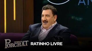 Ratinho revê imagens de programa que apresentou na Record TV