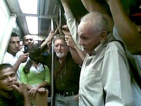 viejos peleando en el metro
