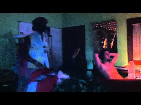 Miko Weaver rapeando en casa Victor