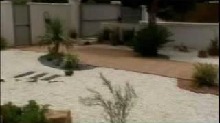 Jardín de grava y tepes de cesped natural en Chiclana (Cádiz) por VIVEROS CHAVES.