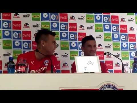 Eduardo Vargas sacó risas al ser consultado por las ganas de Aránguiz de ser delantero