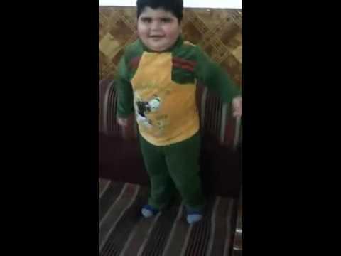طفل يرقص مضحك جدا thumbnail