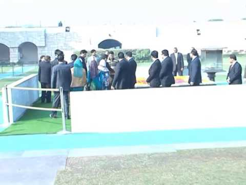 President and First Lady pay tribute to Mahatma Gandhi