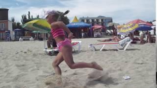 Веселые танцы на пляже ))))