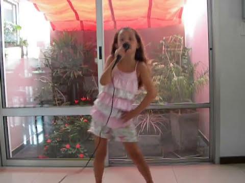Niña cantando mi mejor amiga violeta