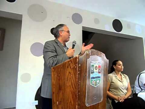 Dr  Rodolfo Soltero entrega diplomas a policìas