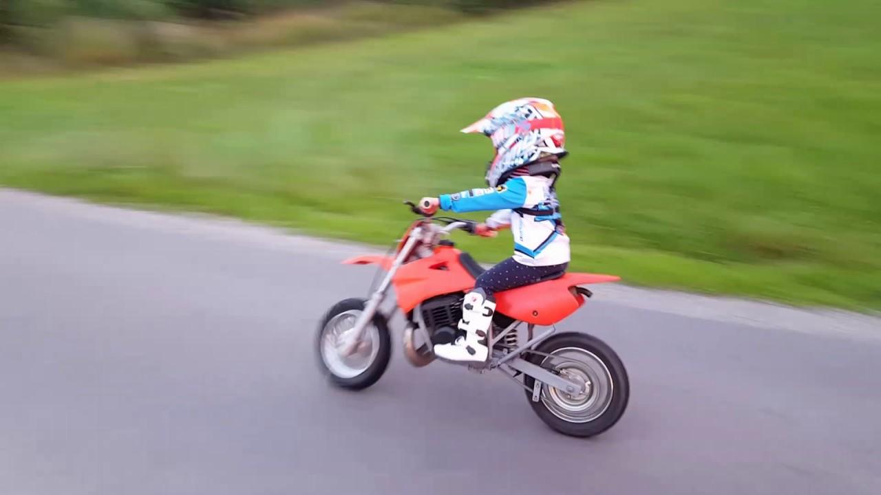 KTM50 CZTEROLATKA NA MOTORRZE PIERWSZE MINUTY NA CROSSIE