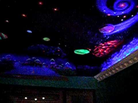 Pintura decorativa planetario black ligth youtube for Como pintar un mural infantil