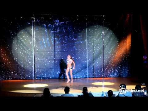 9 летняя девочка танцует стриптиз! она просто умница педофилам не смротреть!