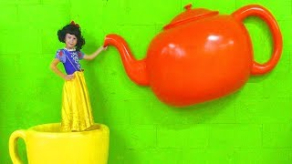 Alice Pretend Princess & Play in the Children's museum of giant toys